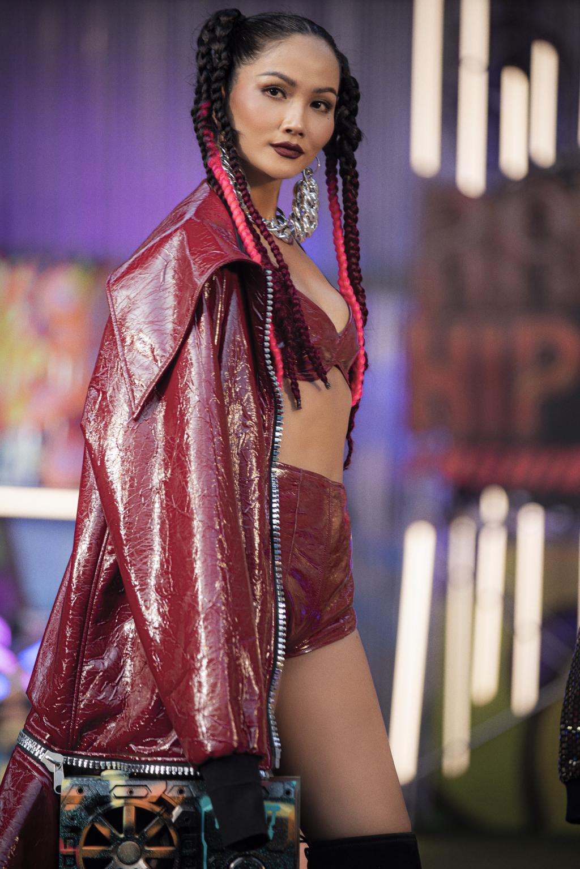 H'Hen Niê gây ấn tượng với phong cách Rap HipHop trong show diễn đầu năm
