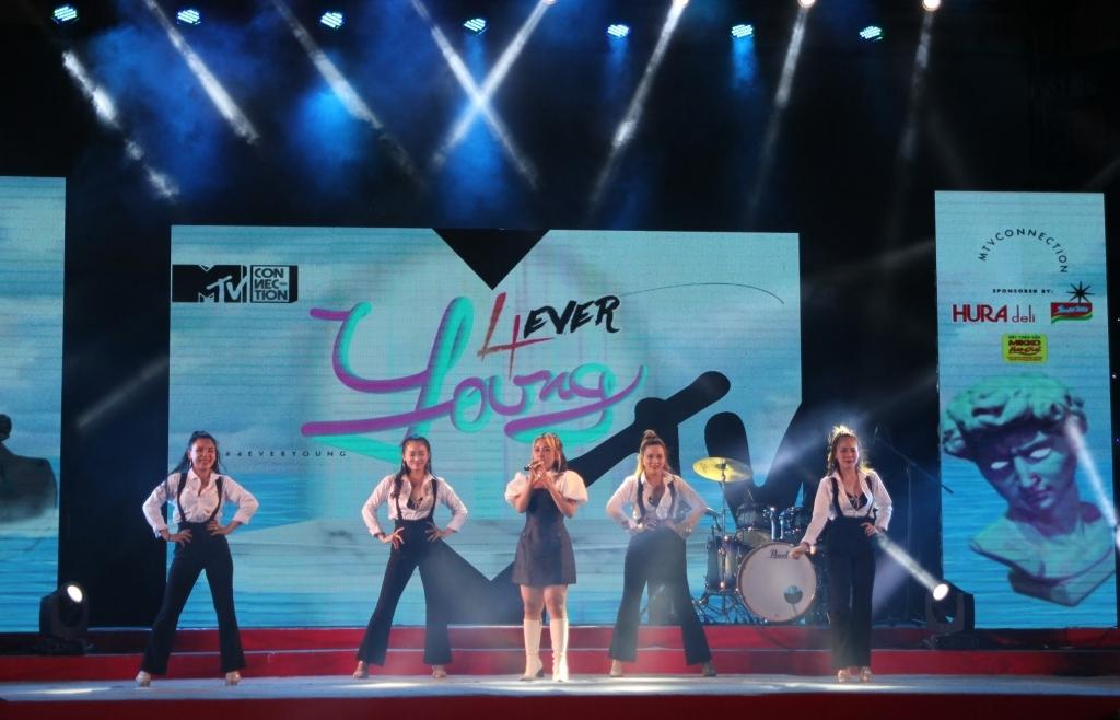 Hàng trăm khán giả 'quẩy hết mình' với đêm nhạc '4ever Young'