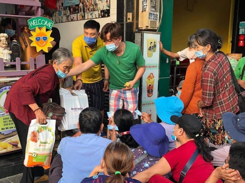 Trao 200 phần quà cho người già vô gia cư đón Tết, Hòa Hiệp cảm thấy ấm lòng