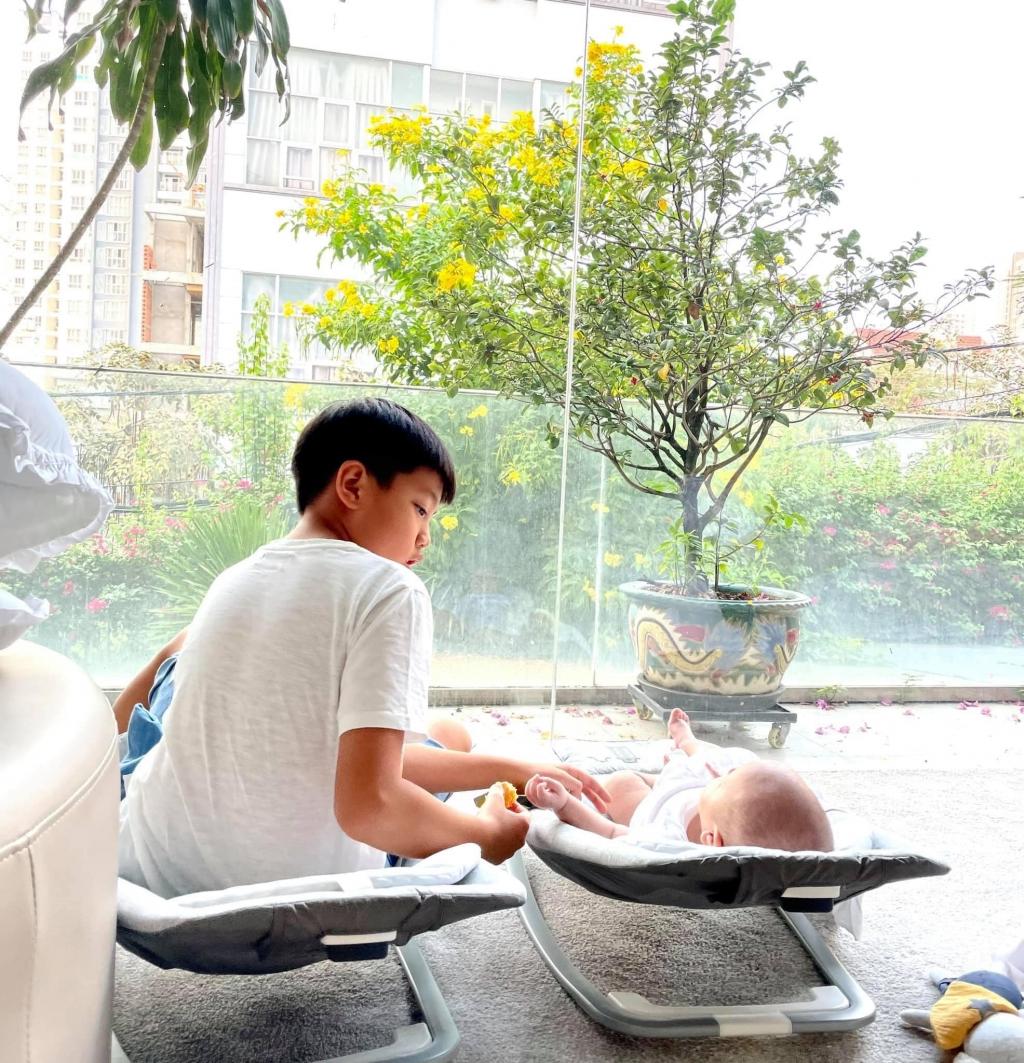 'Phát hờn' trước biểu cảm đáng yêu của con trai 3 tháng tuổi nhà Hà Hồ