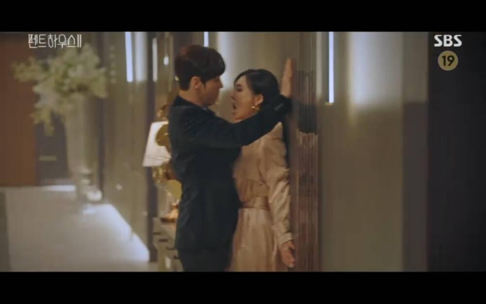 'Penthouse 2' tập 4: Seok Kyung thành công đe dọa Cheon Seo Jin bằng bí mật giết bố đẻ