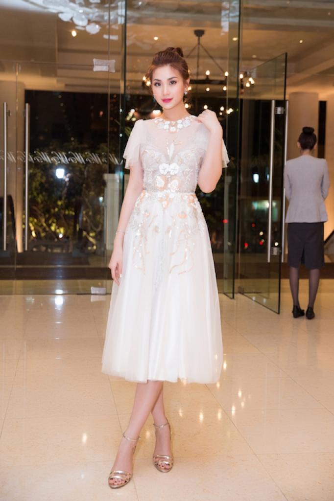 ba the he gia dinh a hau diem trang rang ngoi tren tham do asian kids fashion week 2018