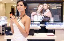 Hoa hậu H'Hen Niê diện trang sức ngọc trai tiền tỷ tham dự sự kiện