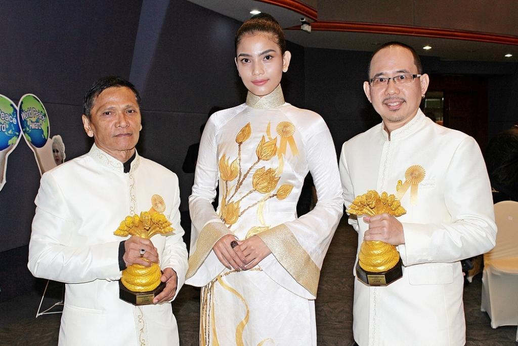a hau truong thi may va nam dien vien an do doat giai nguoi con cua duc phat tai thai lan