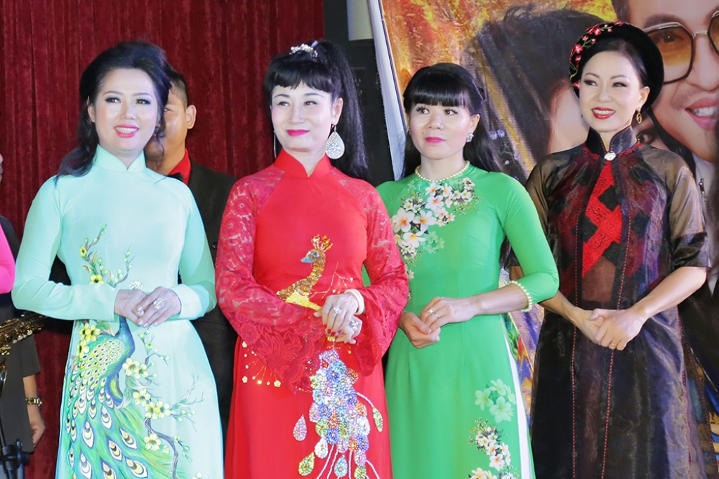 nghe si uyen thao cung helen thuy le hoi ngo tai liveshow thanh bach