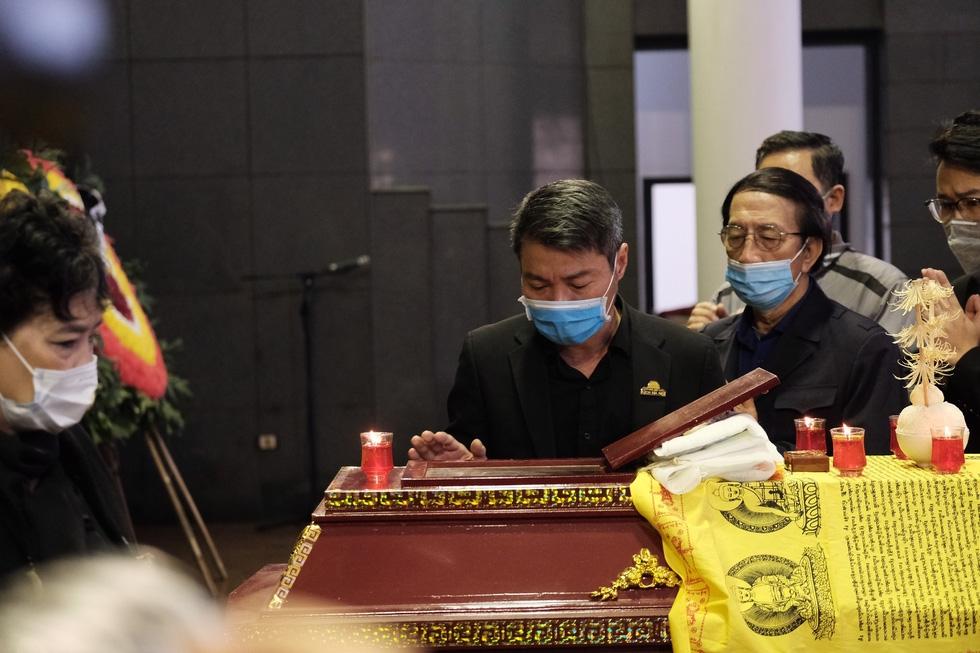 Tang lễ cố NSND Trần Hạnh: Gia quyến bật khóc, dàn nghệ sĩ ngậm ngùi xúc động tiễn đưa người nghệ sĩ về đất mẹ