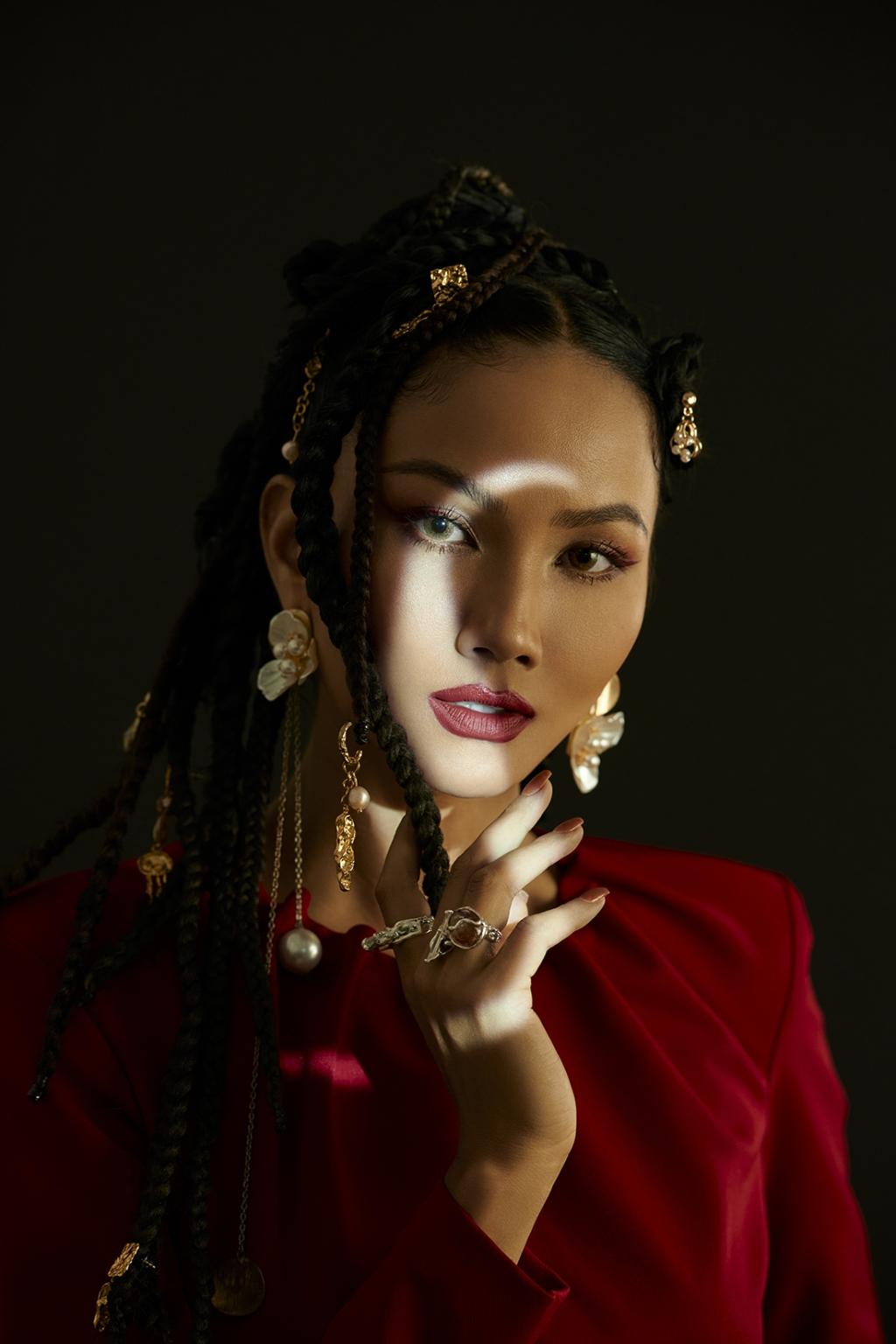 Hoa hậu H'Hen Niê sử dụng ngôn ngữ hình thể truyền tải thông điệp về phụ nữ