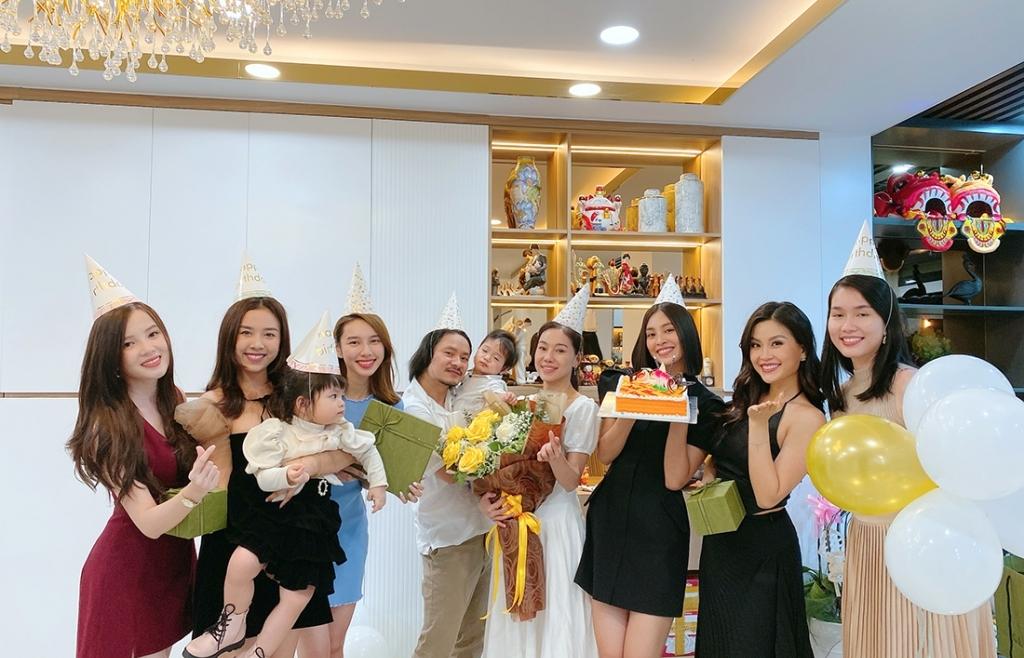 Hoa hậu Tiểu Vy cùng dàn người đẹp 'đột nhập' nhà riêng của đạo diễn Hoàng Nhật Nam, làm tiệc sinh nhật bất ngờ