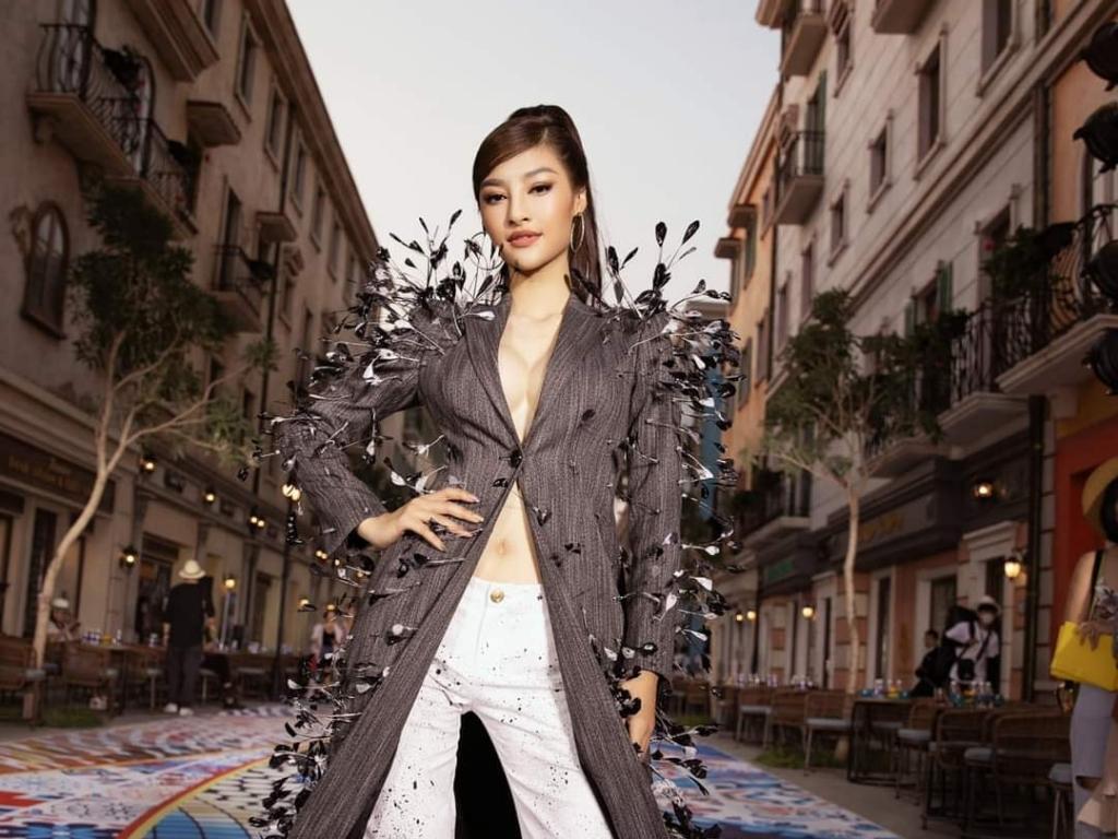 Kiều Loan 'o ép' vòng 1, Phương Anh diện nguyên cây đồ hiệu đi dự show thời trang