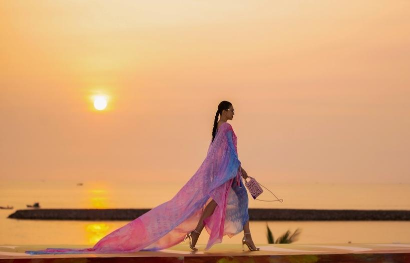 'Chị đại' Thanh Hằng khiến dân tình 'lâng lâng' khi sải bước dưới ánh hoàng hôn tại 'Fashion Voyage'