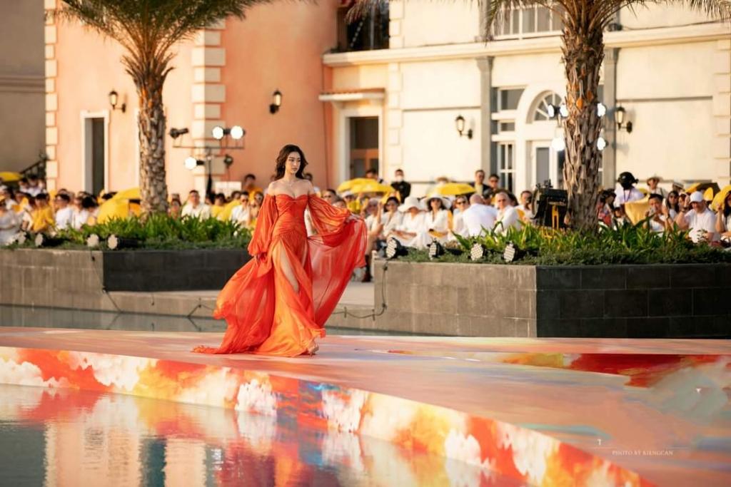 Hoa hậu Lương Thùy Linh khoe đôi chân dài miên man cùng thần thái 'sắc lạnh'