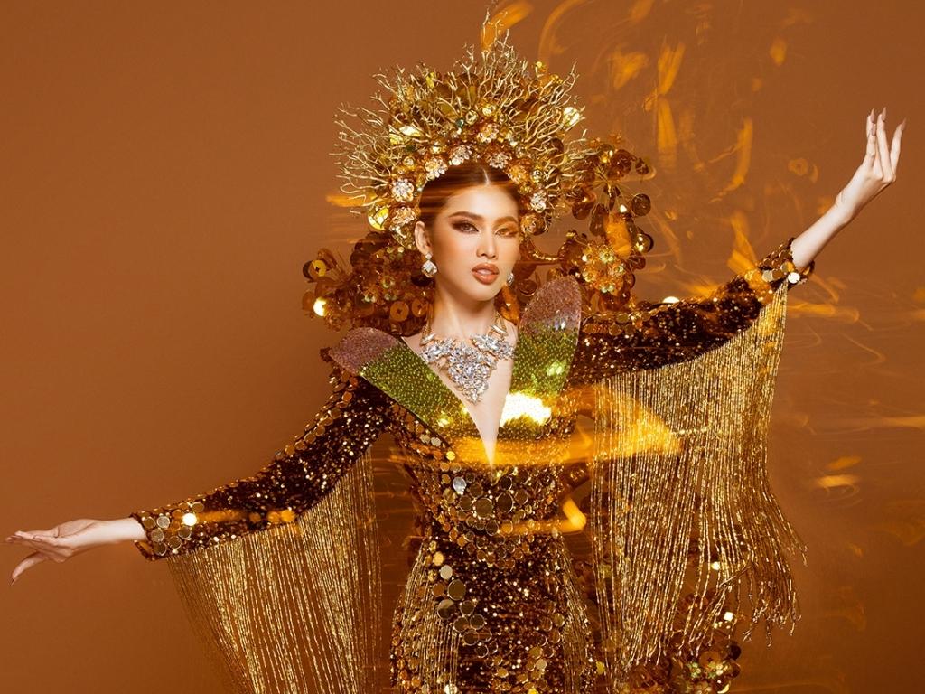 Á hậu Ngọc Thảo 'chịu chơi' tung bộ trang phục 'Lá ngọc cành vàng' nặng 30kg