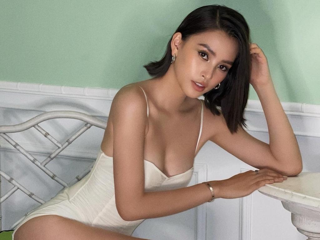 Hoa hậu Tiểu Vy hở bạo, khoe đường cong gắt hơn đường đua