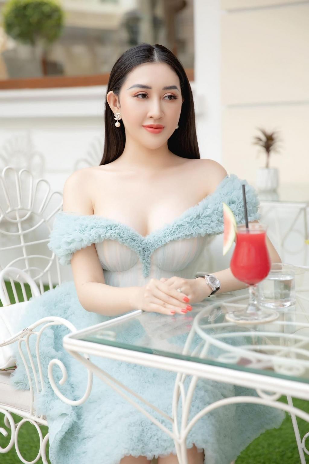 Hoa hậu Huỳnh Thúy Anh trà chiều cùng hội bạn hoa hậu, á hậu