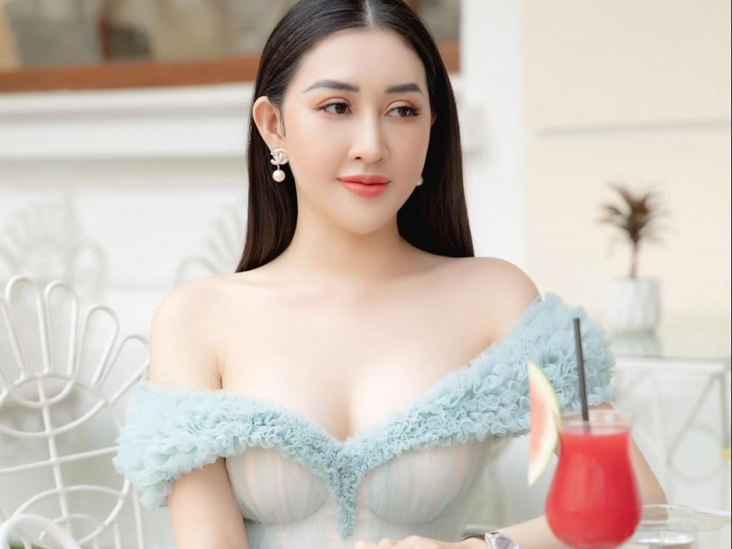 Chỉ đi uống trà chiều, Hoa hậu Huỳnh Thúy Anh có làm quá khi diện style 'o ép' vòng 1?