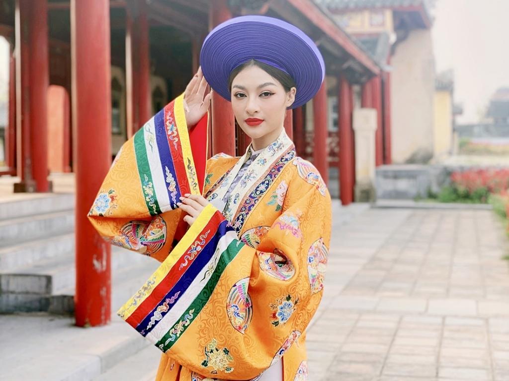 Diện 'phượng bào' vi vu khắp tỉnh thành miền Trung, ai chơi lại Lona Kiều Loan?