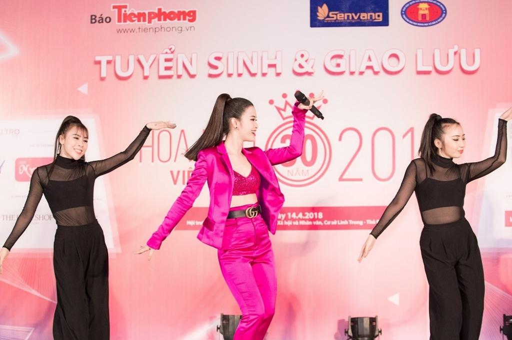 dong nhi cung hoc tro uni5 dot chay san khau tai tour quang ba hoa hau viet nam 2018