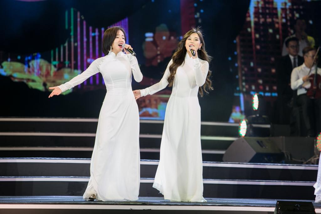 hoang yen chibi dien ao dai trang lan dau song ca cung phuong ly