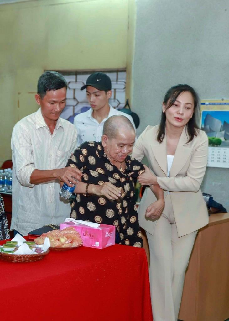 nguoi phu nu dung sau su nghiep cua dao dien vu huan