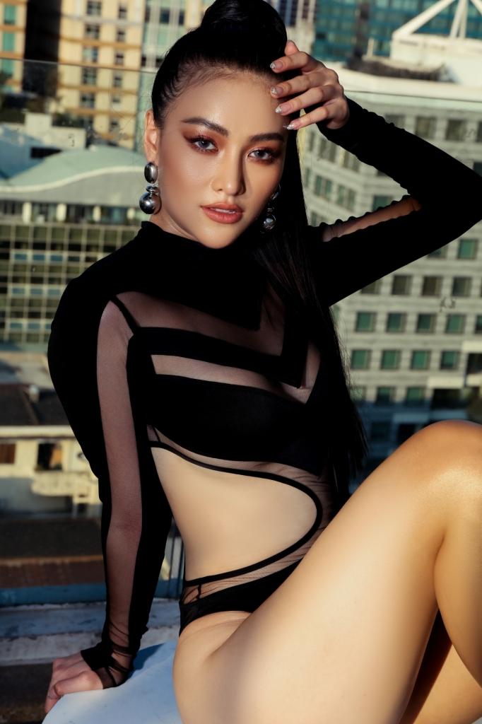 hoa hau phuong khanh khoe bo anh bikini nong bong tren noc toa nha cao tang