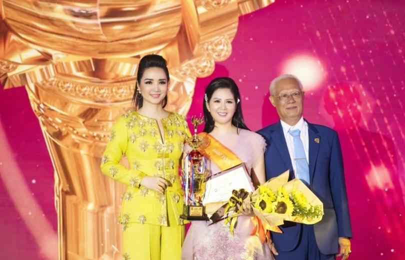 Ca sĩ Đinh Hiền Anh nhận giải cao nhất Bông hồng quyền lực