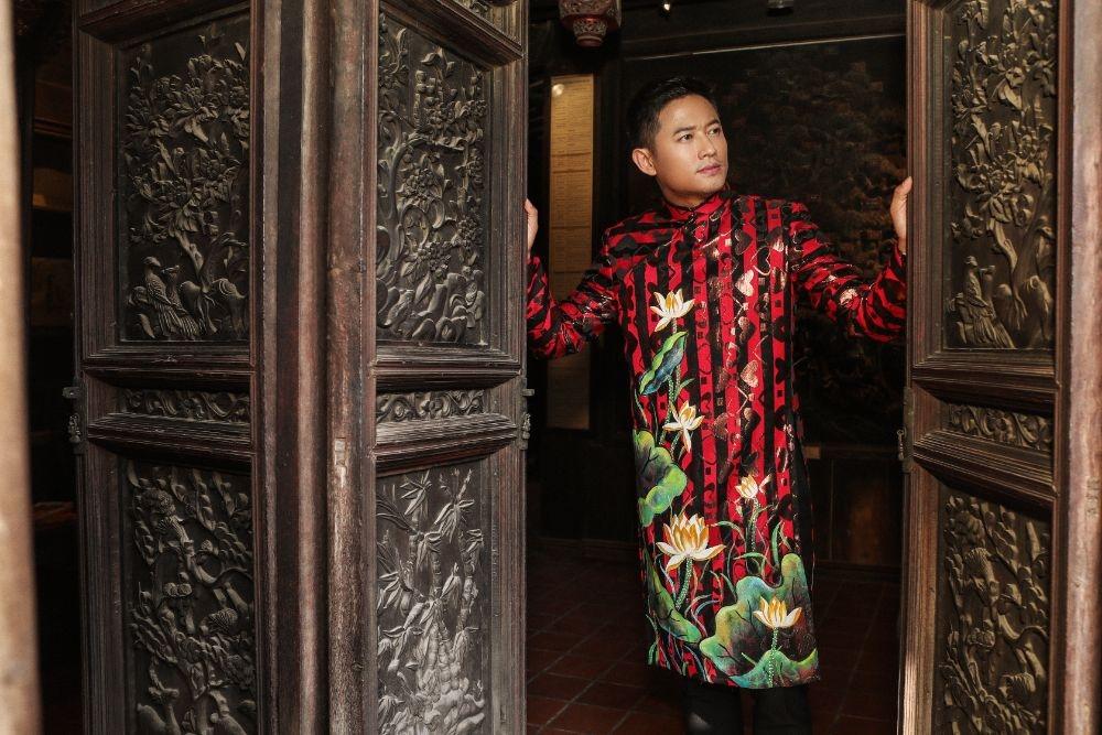 Nghệ sĩ Quý Bình khẳng định đẳng cấp quý ông trong Áo dài Việt Hùng
