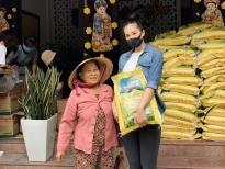 Hoa hậu Tiểu Vy cùng mẹ trao quà cho người nghèo tại Hội An