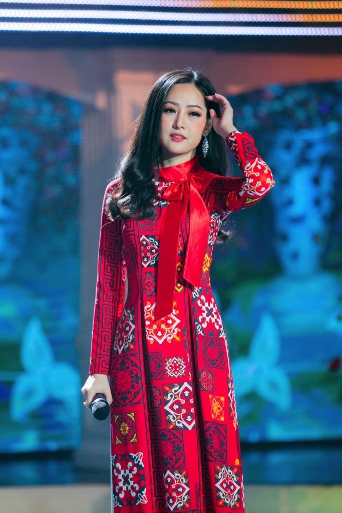 Lê Đình Minh Ngọc: Cô gái sống tự kỷ trở thành MC, ca sĩ xinh đẹp