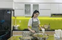 Hoa khôi Huỳnh Thúy Vi giải nhiệt với món chè hạt sen nha đam