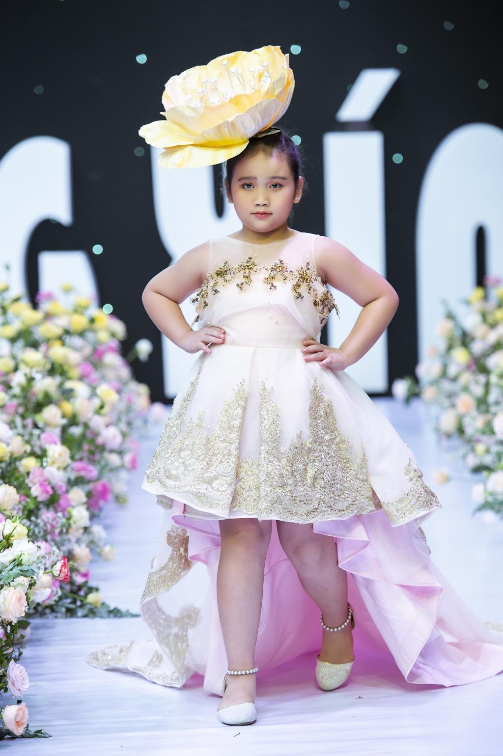 Hoa hậu nhí Bella Vũ diện váy NTK Huỳnh Thức múa chầu văn