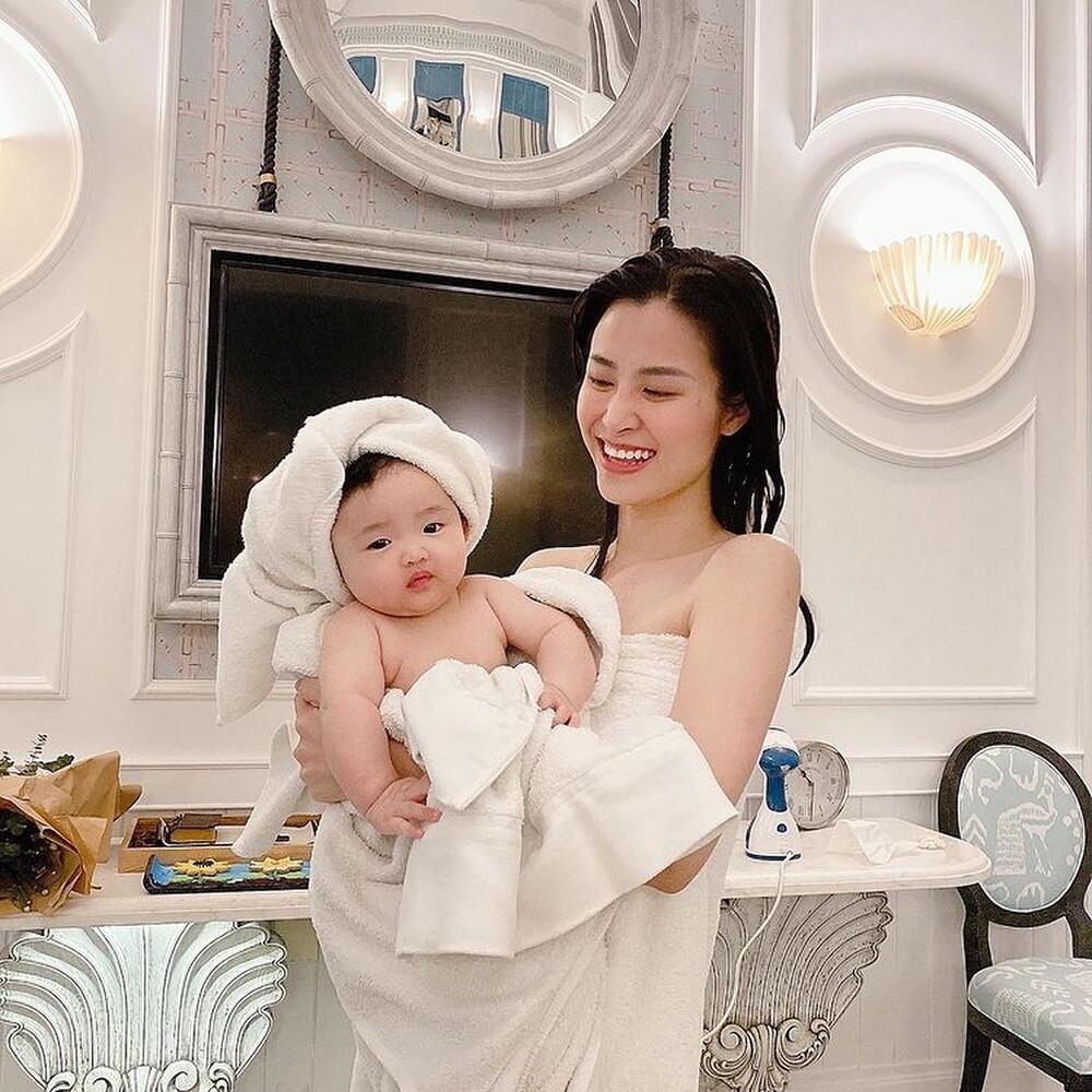 Đông Nhi vắng nhà, quá bí bách Ông Cao Thắng cho con gái tắm trong bồn rửa tay