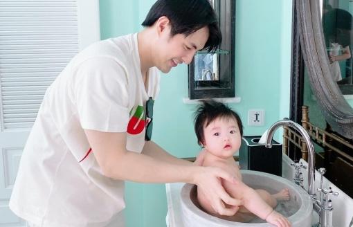 Tắm cho con gái trong bồn rửa tay, ông bố Ông Cao Thắng quả thực 'không giống ai'