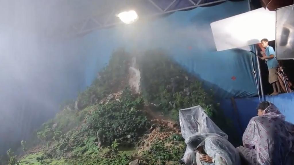 ekip lat mat ba chang khuyet choi lon dung nui gia cao 10m de lam dai canh lu cuon
