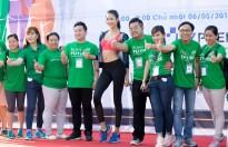 Á hậu Hoàng Thùy khỏe khoắn chạy bộ cùng người dân gây quỹ hướng nghiệp