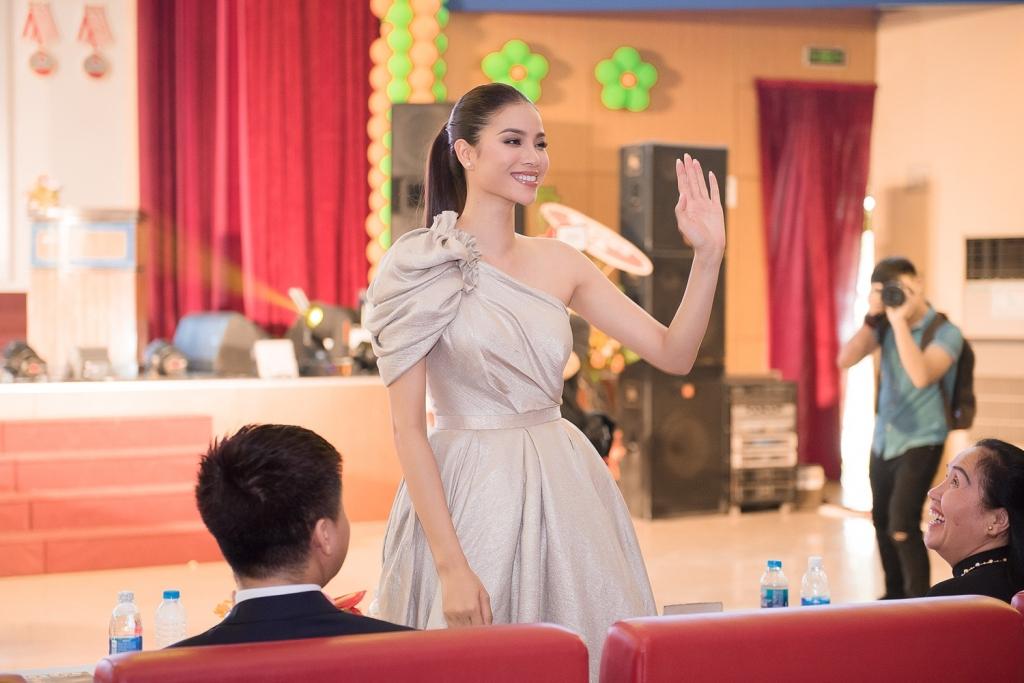 pham huong xinh dep lam giam khao miss sakura 2018