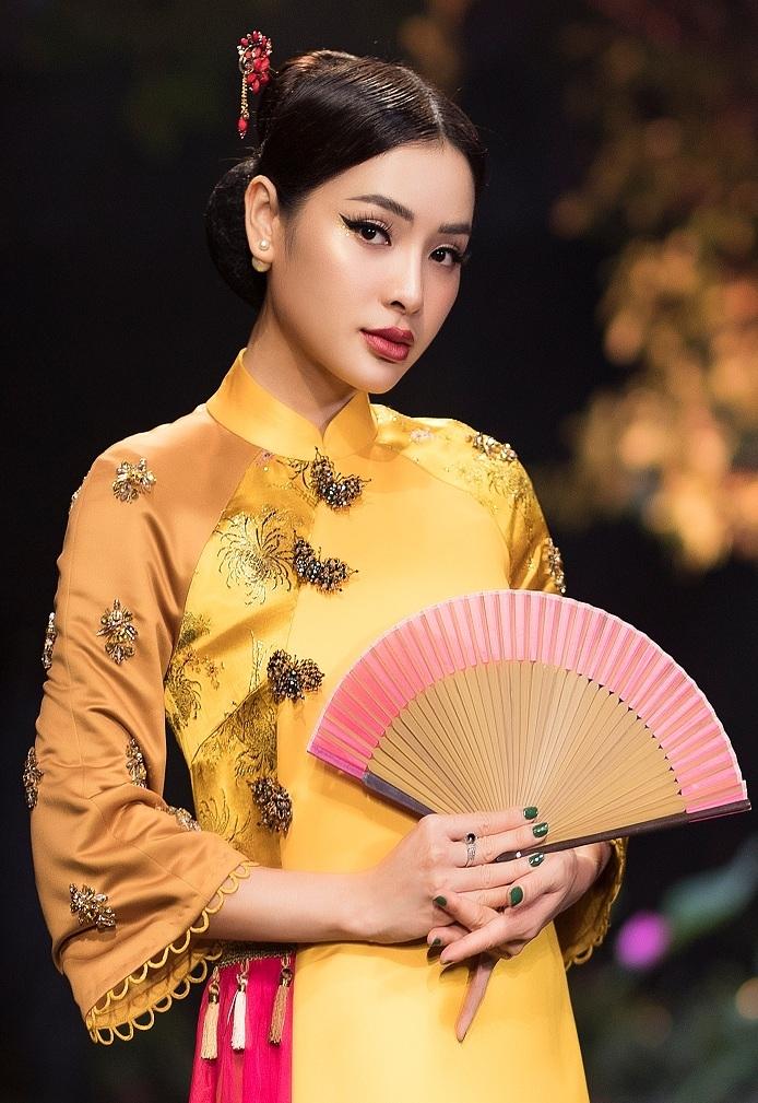 khong can sexy phuong trinh jolie van dep hut hon voi ao dai hoa kin dao