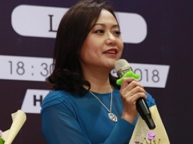 hong anh ngoi ghe nong cung cu trong xoay dinh tien dung