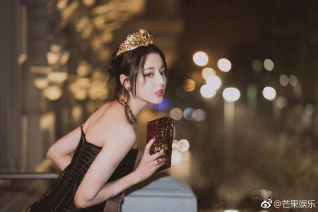 dich le nhiet ba khoe lung tran quyen ru khien netizen day song