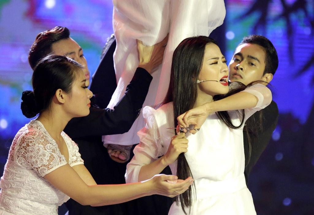 thien than bolero thien huong cat phang mai toc dai tren san khau de quen di chuyen bi chong phan boi