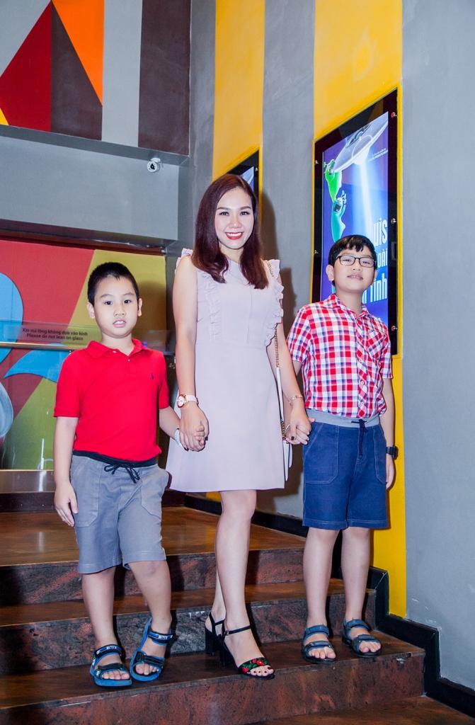 mc xuan hieu dua hai con trai vui he voi phim thieu nhi luis nhom ban ngoai hanh tinh