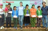 Hoa hậu Đỗ Mỹ Linh giản dị đi cứu trợ đồng bào miền Bắc bị thiệt hại do mưa lũ