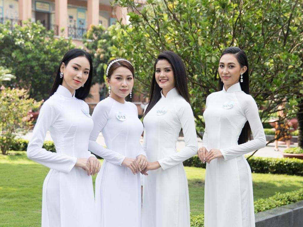 dan thi sinh chung khao phia nam miss world viet nam khoe nhan sac trong ta ao dai trang
