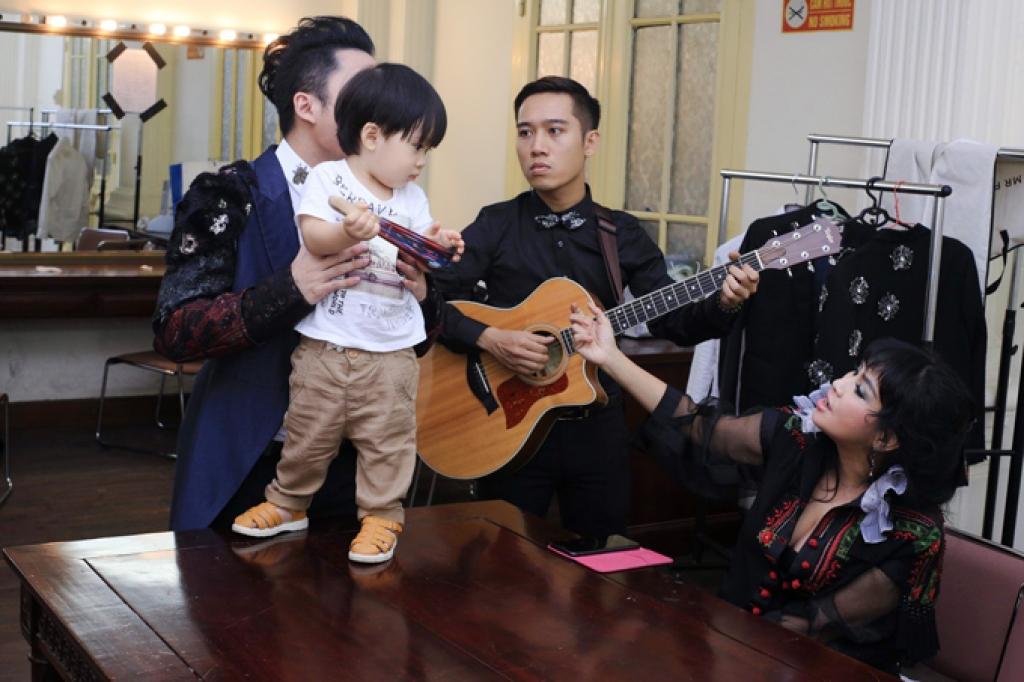 con trai tung duong bam riet lay bo o hau truong show dien