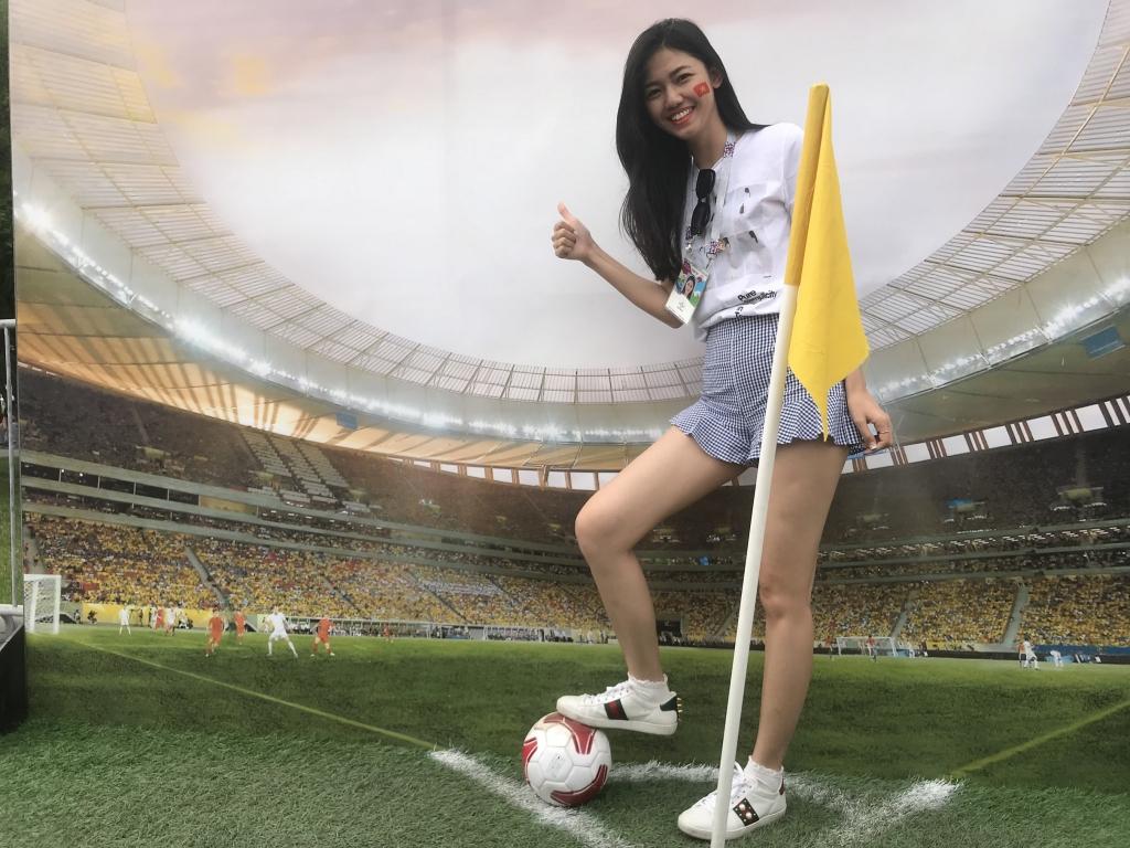 nguoi ham mo bat ngo khi thay a hau thanh tu xuat hien tai nga de xem chung ket world cup