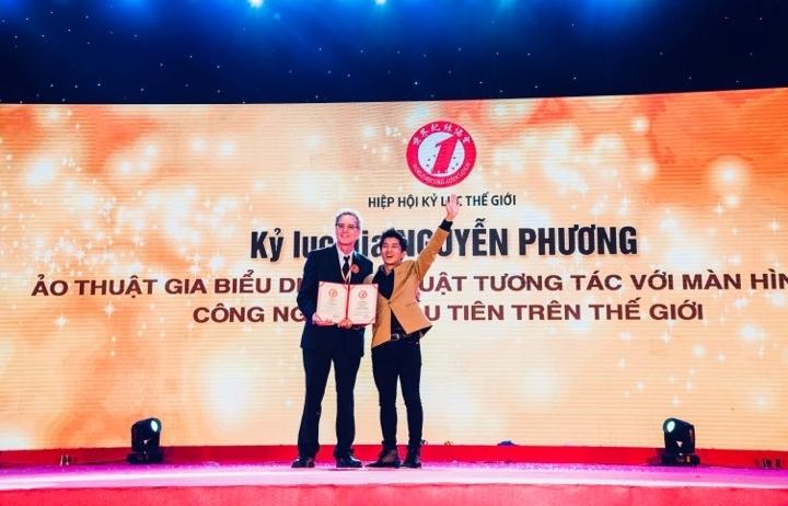 Ảo thuật gia Nguyễn Phương lần thứ 2 được ghi danh vào sổ kỷ lục gia thế giới