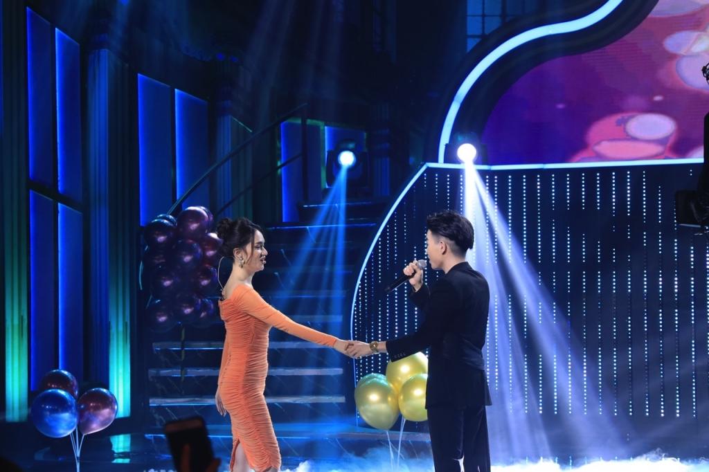 huong giang hao hung ke ve nu hon dau doi hari won tung hon ban trai den 3 tieng dong ho