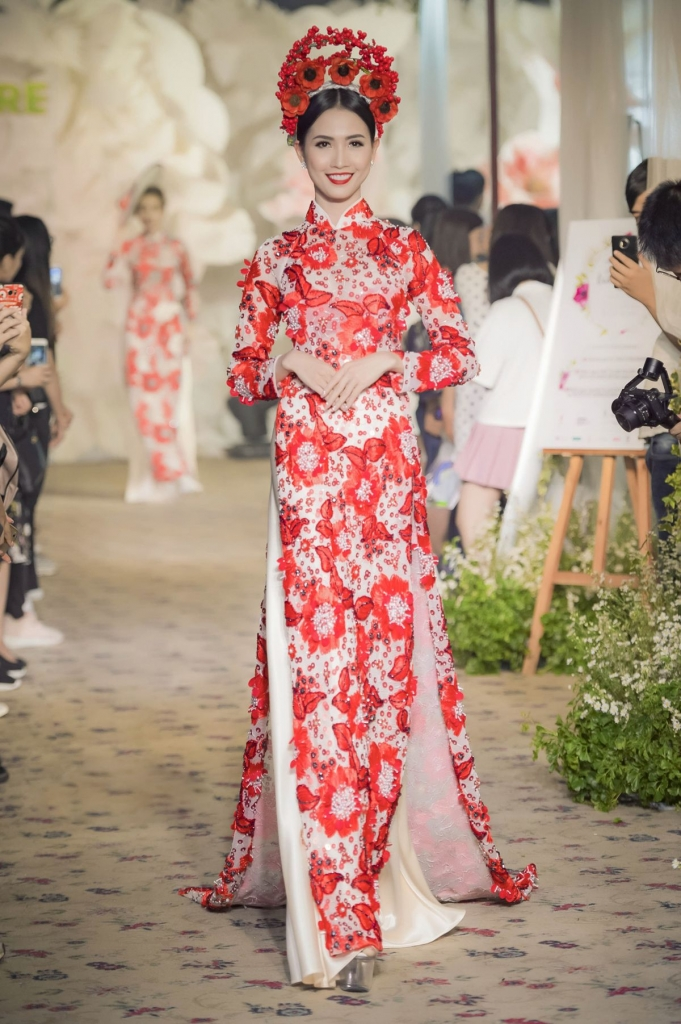 co dau phan thi mo dep long lay voi ao dai cuoi