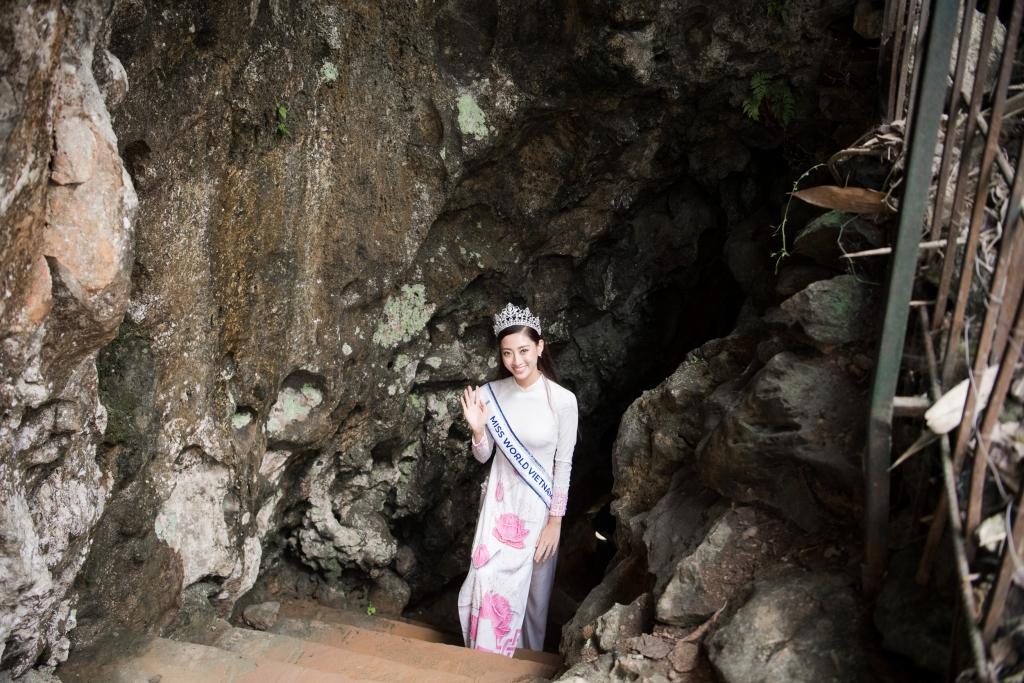 hoa hau luong thuy linh dien ao dai tha dang giua dat troi cao bang