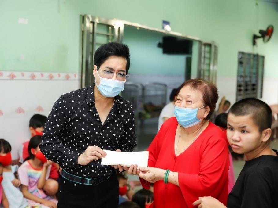 Ca sĩ Ngọc Sơn và mẹ ủng hộ 100 triệu cho Mái ấm Thiện Duyên