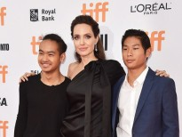 angelina jolie lo doi chan gay guoc khi mac vay ngan